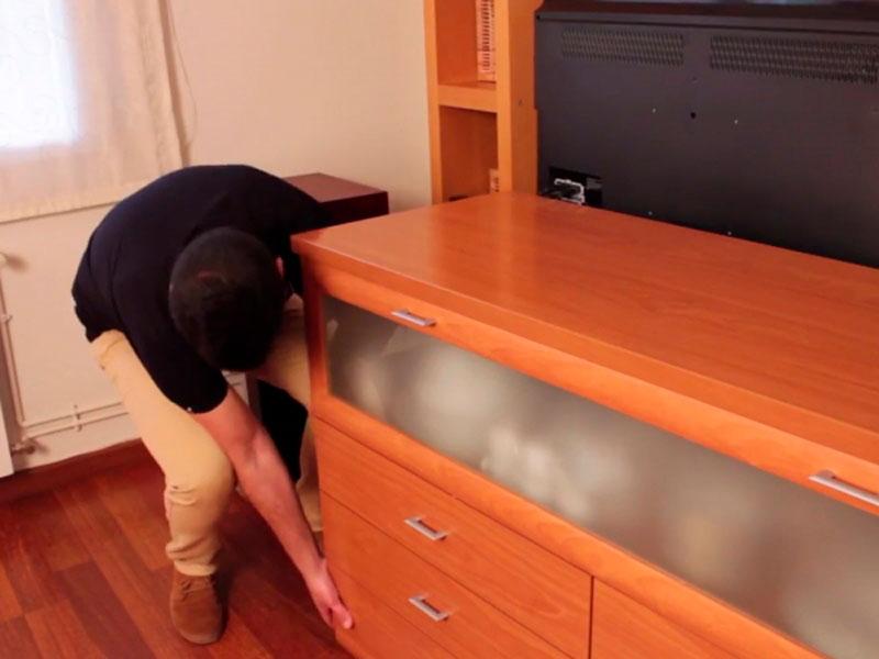 ¿Cómo mover muebles sin rayar el suelo?